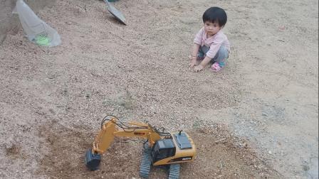 挖掘机挖沙子 和小朋友一起玩游戏