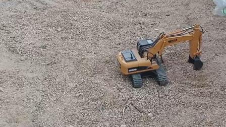 玩具挖掘机挖沙子  遥控玩具挖掘机操作