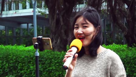 美女唱歌太好听了,引来了好多游客观赏