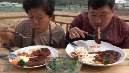 韩国吃播一家人。吃肉排用刀叉委屈你了,我知道你想用手抓着啃~