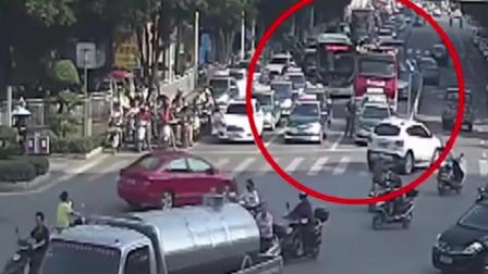 出租车拒绝给救火消防车让路表示:闯红灯会被罚款