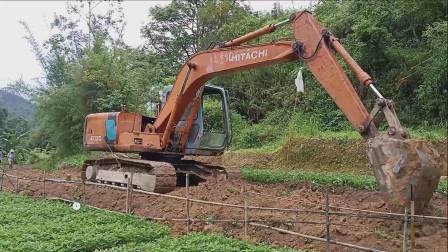 挖掘机挖土工作视频 建设新农村 挖土机开路