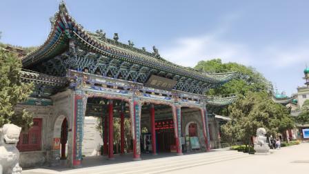 黄河北岸始建于元朝的北塔山,海拔一千七百多米,有拱抱金城雄姿