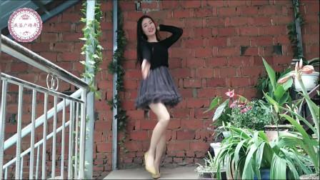 流行广场舞《当爱情离开的时候》室外展示,跳起来好美啊