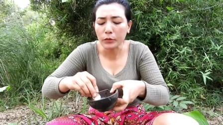 东南亚女人在森林中找到螃蟹,用来做美味食物