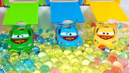 青蛙王子和红色小恶魔教宝宝玩玩具,有赛车总动员和玻璃弹珠