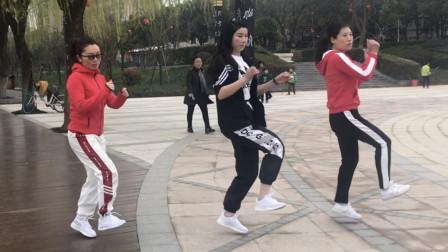 3人鬼步舞齐舞,《魔性小孩》经典舞步,不比广场舞差