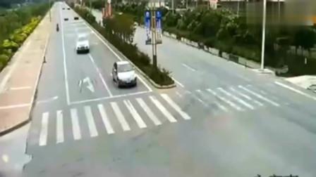小车过路口被砸扁,家人表示很委屈,交警调取监控都怒了!