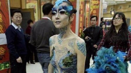 杨丽萍为逼真效果,在身体上做彩绘衣服,近距离看令人不淡定