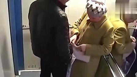 大妈走进电梯,一男子尾随进来,没想到真的出事了!