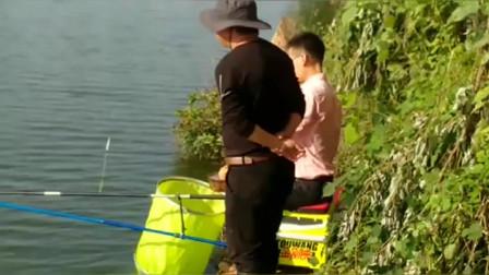 钓鱼小哥找到好地方开杆就爆连,一旁的钓友都来取经