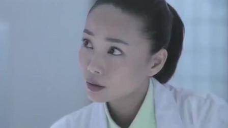 女法医检查尸体的手上伤痕,不料队长一看不对劲,迅速拉开女法医