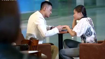 妻子看见丈夫和别的女子约会,不料打电话过去,丈夫竟说他在开会