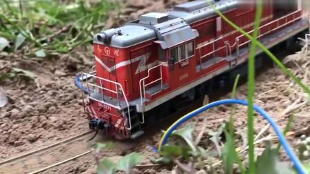 东风机车出没!实际铁轨加上火车模型还有高铁擦肩交会,有钱真好!