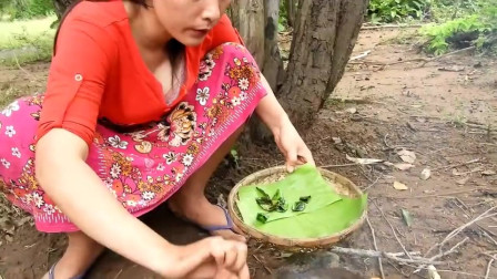 东南亚女人老是穿裙子在野外做这种事,就为了吃东西