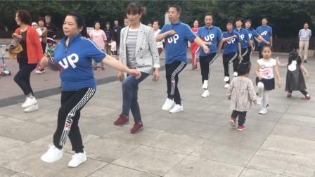 鬼步舞零基础入门奔跑练习,叔叔阿姨排队跳,路过的小朋友也会跳