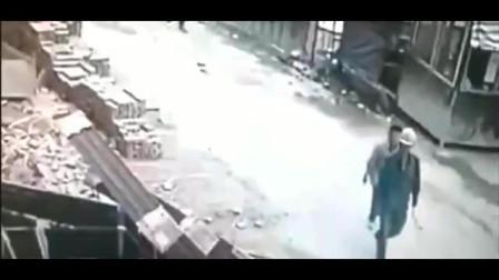 意外无处不在,2男子抬头发现危险,跑还来得及吗?