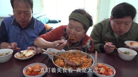 韩国农村一家人:韩国妈妈做炒饭,儿子视线成焦点,爸爸:分我点!