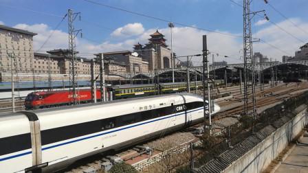 高铁动车组、绿皮火车,同时出站,你更喜欢哪一列?