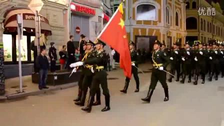 解放军仪仗队一亮相,外国观众立马安静下来了,太威武了