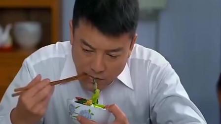 老婆吃饭太粗鲁,端起碗就往嘴里塞,声音还超大,男子无语