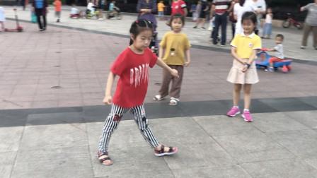 厉害啊!6岁小不点疯狂跳鬼步舞,路过小伙冲出来斗舞,谁是舞王