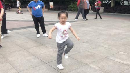 5岁小姑娘鬼步舞太厉害了,音乐一响跳个不停,火遍全网!