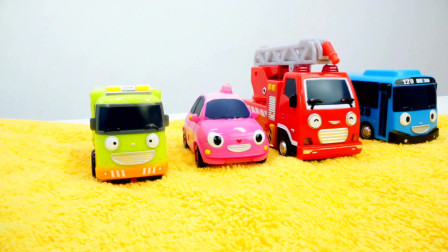 儿童洗车处的玩具建筑车辆玩具和儿童玩具巴士