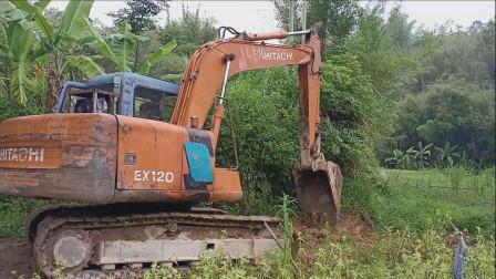 挖掘机雨中工作 挖掘机挖草开路视频