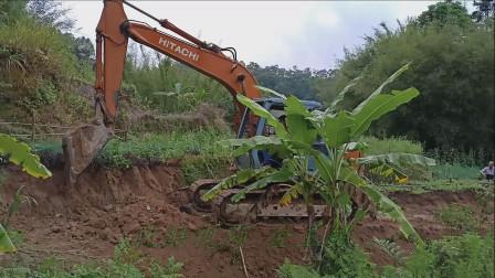 村里开环村路 挖掘机挖土开路