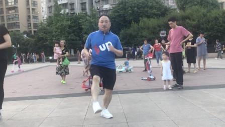 谁说男人就不能跳鬼步舞,你看52岁大叔跳的多棒,自由魔鬼步