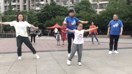 5岁小姑娘带你学跳鬼步舞,简单6步,看一看你就能学会了