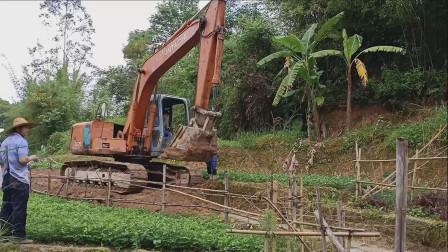 挖掘机开路视频 村里开环村路挖掘机挖土