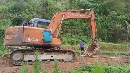 挖掘机工作挖土开路视频