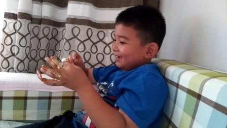 【7岁】10-5哈哈把大闸蟹螃蟹脚绑在手指上玩耍video_130336
