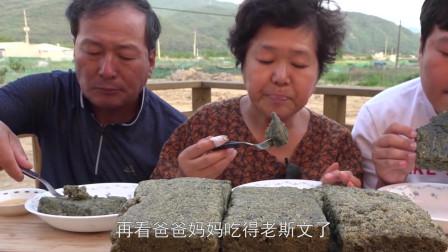 韩国妈妈端午节做艾子糕,儿子沾上蜂蜜吃得很香,看着就很有食欲