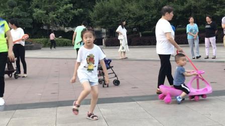 7岁小女孩一人跳鬼步舞,自由洒脱,行云流水,好喜欢这种感觉!