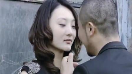 谎言背后:美女家门口与男子热吻, ,不料被老公捉个现形,这也太迫不及待了!