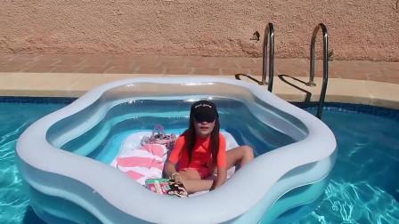 在游泳池里4小时阿朗札的玩具