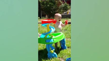 最有趣的视频宝宝玩水