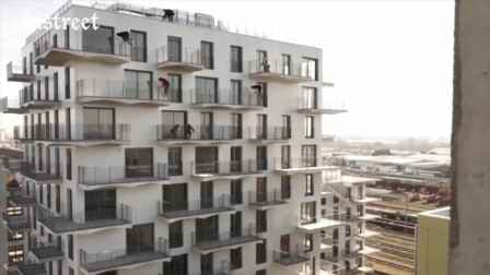 一群跑酷玩家从楼顶上这样下楼,真的是替他们捏着一把汗