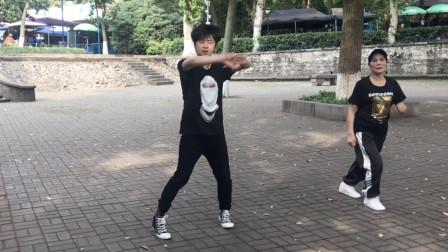 17岁小伙公园跳鬼步舞,音乐一响跳个不停,脚下如踩风火轮!