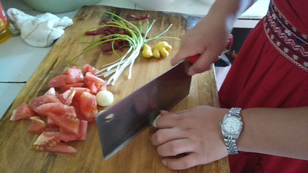 在家吃饭两个人炒几个菜 贵州两夫妻的午餐食谱 西红柿炒蛋+炒荷兰豆+炒新鲜虾仁的做法