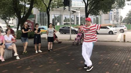 38岁阿姨街头跳鬼步舞,路过17岁小伙不服上来斗舞,谁才是舞王?