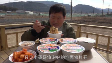 国外吃播:小哥哥吃6人份泡面+大米饭,吸溜吸溜吃得真香,网友:我都馋饿了