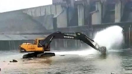 这司机太会玩了,挖掘机是这么开的吗?