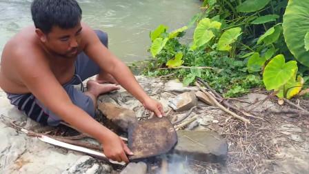 东南亚大哥在岩石上做鱼吃,野外美食探索