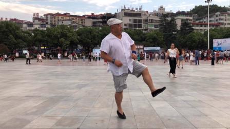 十堰网红大爷跳《一晃就老了》广场鬼步舞 这个步伐真不错!