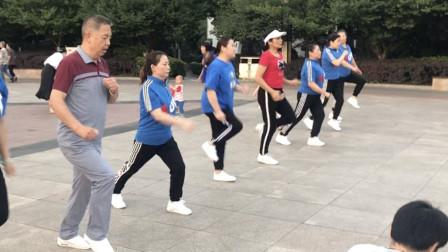 刚学鬼步舞,心态要好,标准动作慢慢练,不要求急求快!