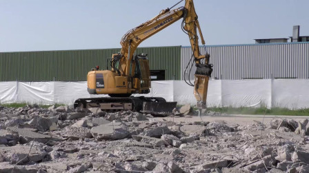 挖掘机工作视频,挖掘机破碎混凝土和清理钢筋,多功能高效率!
